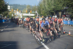 Mens Peloton Into First Corner